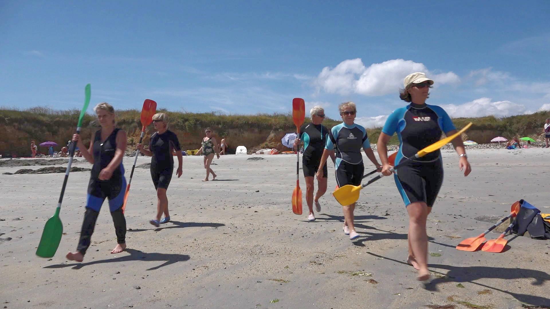 Départ en rando kayak de mer guidée par Marlène du camping le suroit