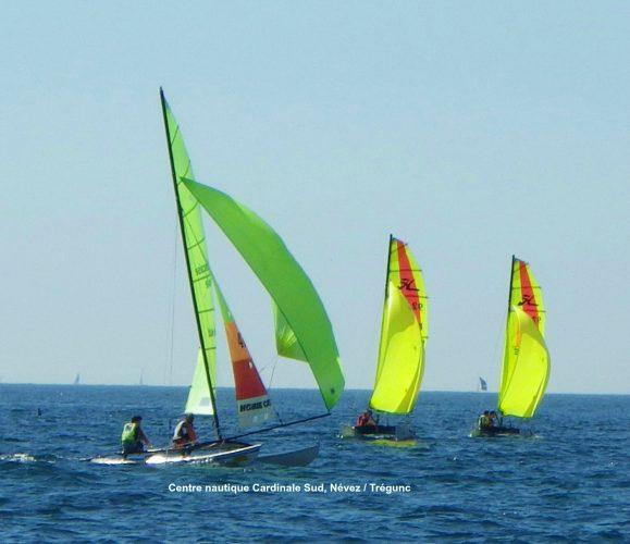 L'école de voile de la plage de Kersidan à 2 pas de camping permet de faire ses classes sur un optimist, voilier idéal pour apprendre à naviguer