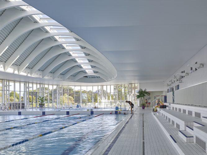 Belle piscine avec plusieurs bassins, un toboggan et des activités