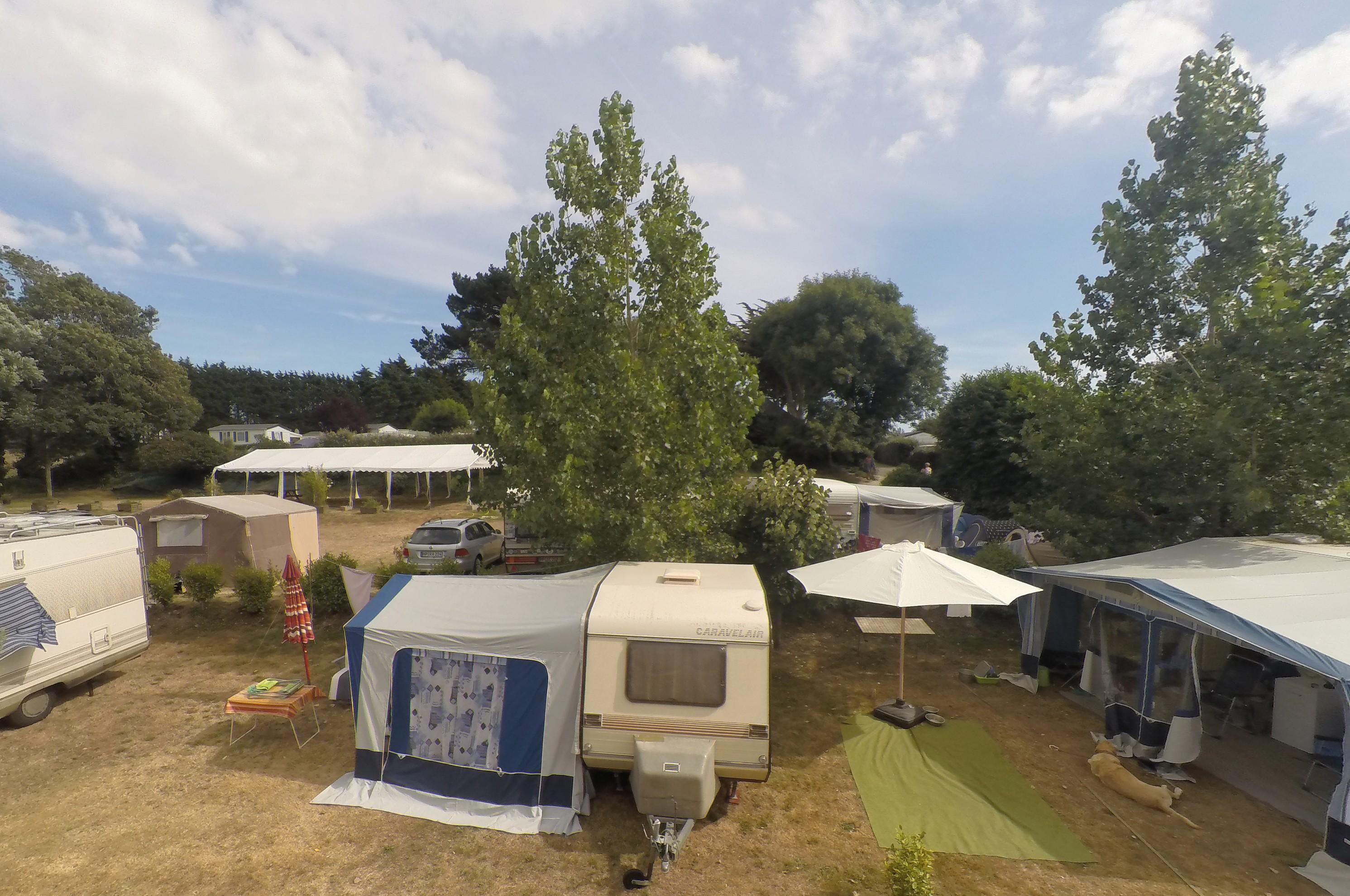 Vue aérienne des emplacements tente et caravane avec