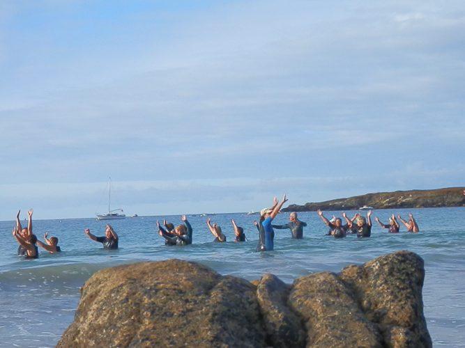 Séance de gymnastique en eau de mer avec Marlène du Camping Le Suroît