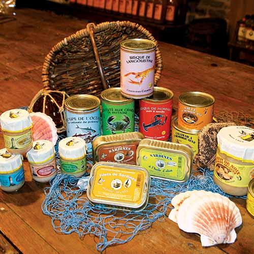 Assortiment de boîtes de sardines, bisque de langoustine et de homard