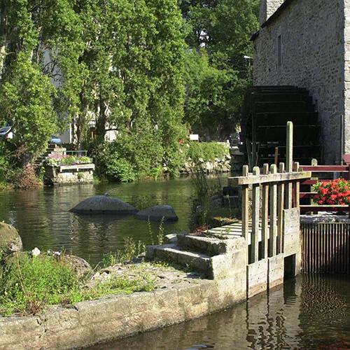La ville de Pont Aven traversée par la rivière de l'Aven se visite en famille