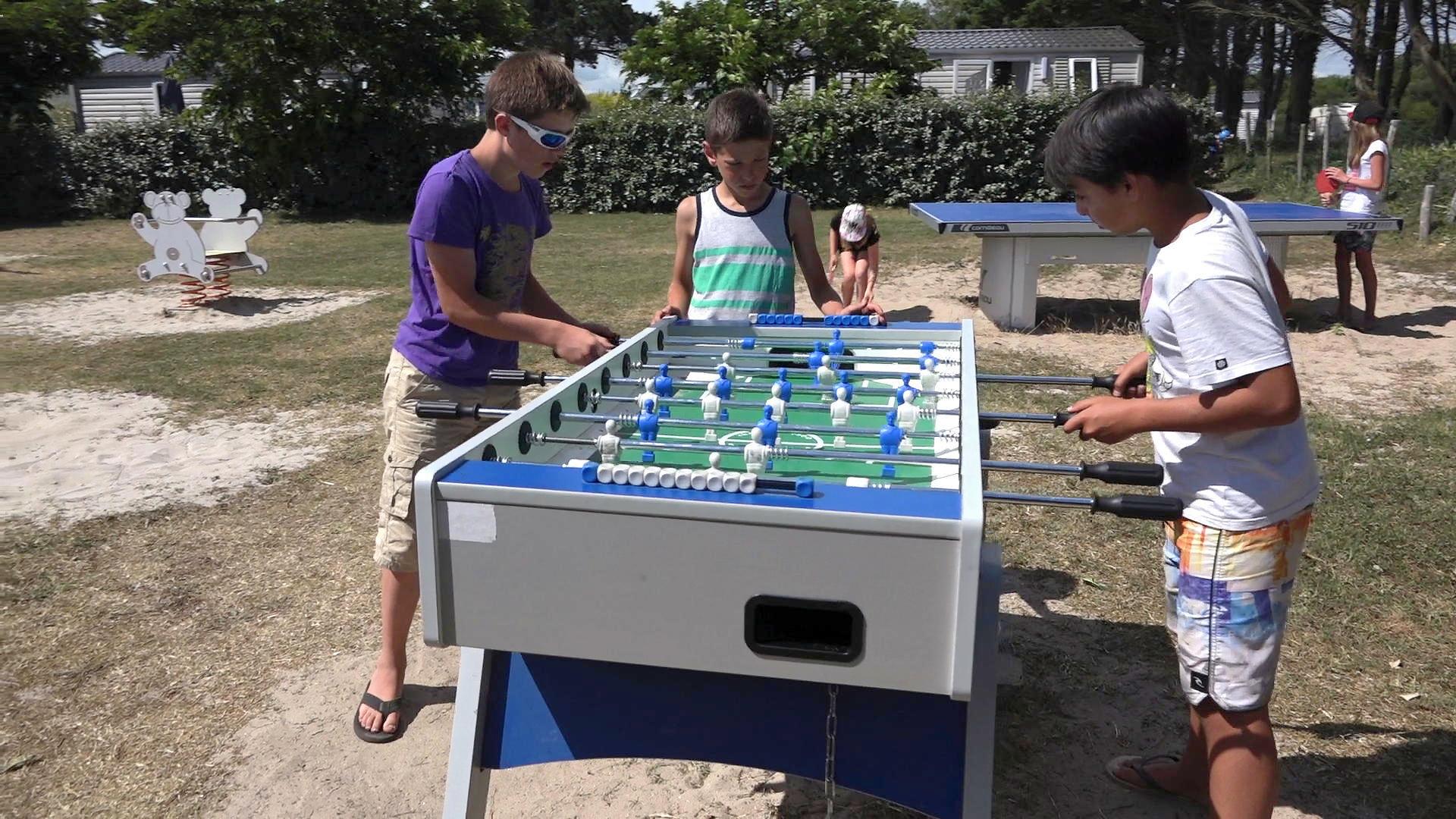 Des jeunes du camping de Trégunc jouent au baby foot