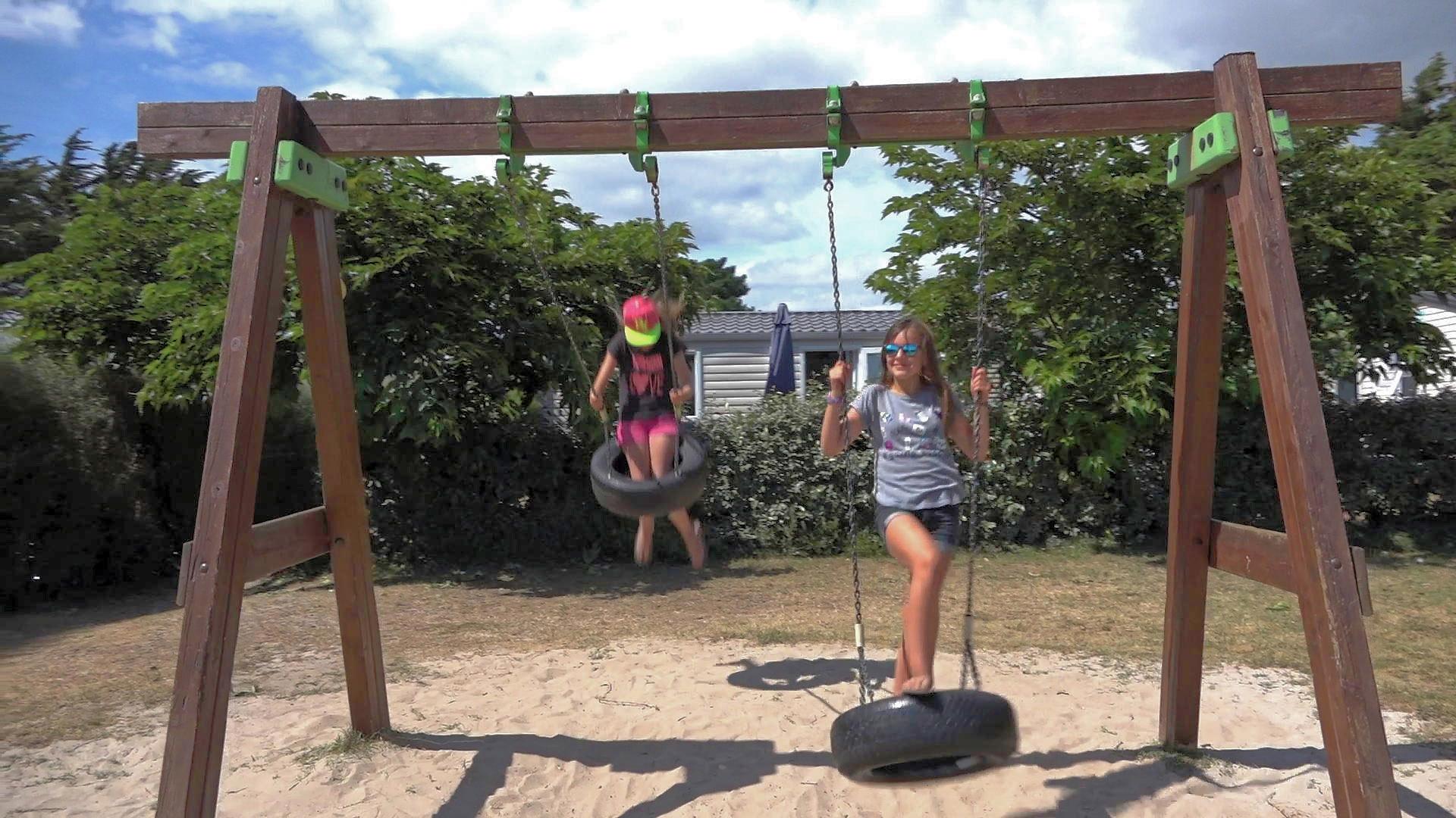 La balançoire fait la joie des jeunes du camping de Trégunc