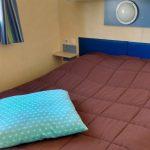 Mobil home classique : chambre lit double avec rangements