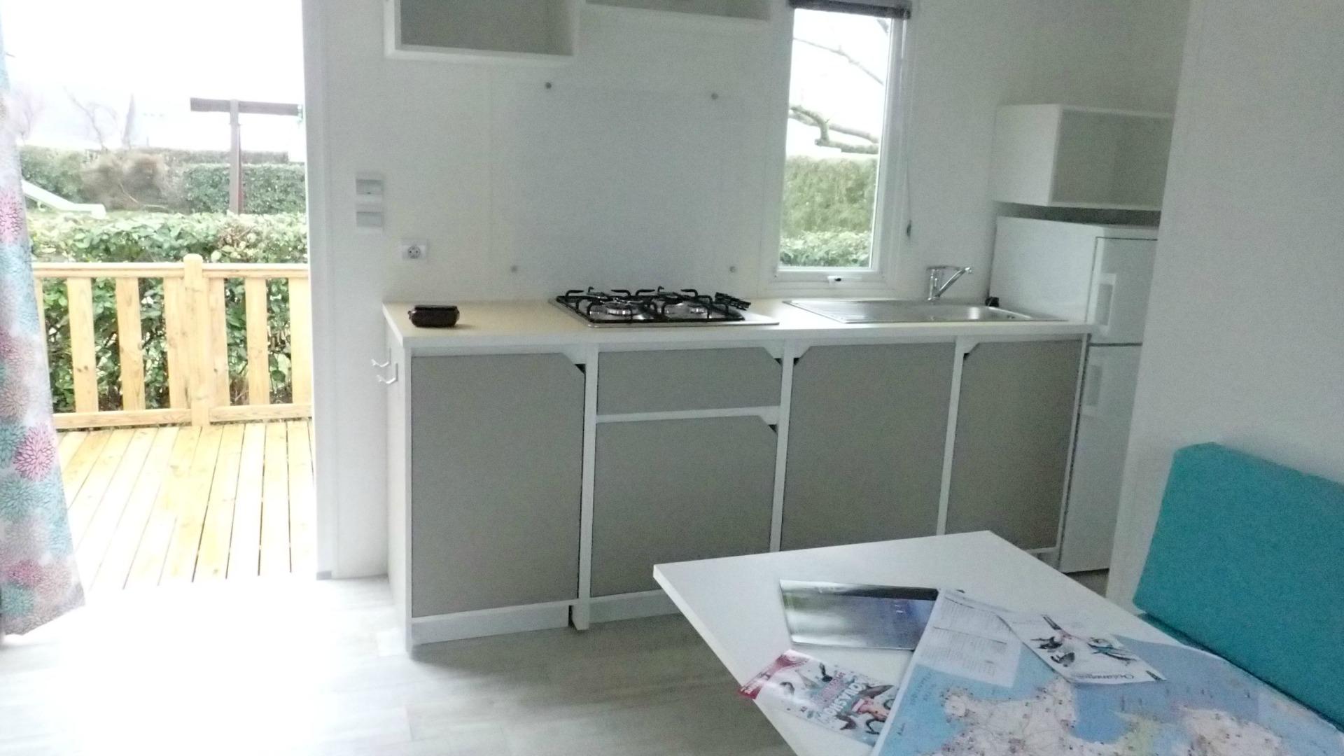 La terrasse extérieure en bois, dans le prolongement de la cuisine est comme une pièce supplémentaire