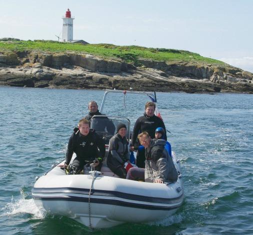 Dans un semi-rigide, une famille prend le cap des Glénan pour faire de la plongée sous marine
