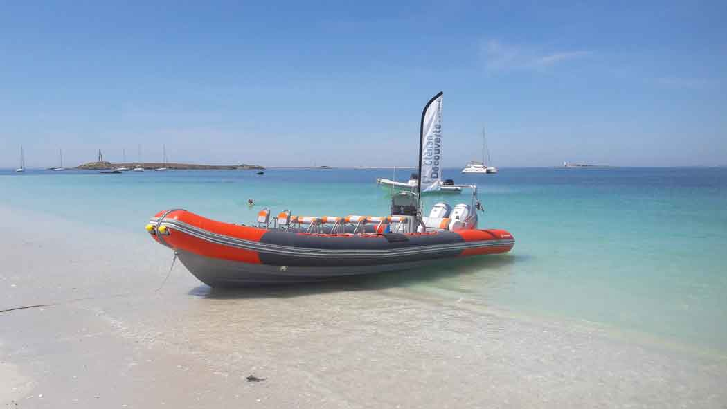 Un semi-rigide attend sur la plage les vacanciers qui voudraient visiter les Glénan, archipel de 7 petits îlots